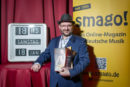 """DIRK DÄMKES <br>Als """"Der ultimative Experte der 'ZDF-Hitparade' (und mehr …)"""" mit einem smago! Award geehrt!"""